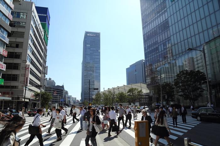 """""""ヤエチカ""""の「八重洲地下街」や""""東京キャラクターストリート""""の「東京駅一番街」が知られるように地下街がよく発達した八重洲の駅構内や周辺には、飲食店や土産物店といった多くの商業施設が集中しています。  また戦後昭和から八重洲の顔を担ってきた「大丸東京店」もあり、新幹線ホームや長距離バスの発着所も八重洲側に集中していることから、当エリアは、周辺に勤務する人々だけでなく、観光客や出張者、買い物客が多く利用するため、西側と比較して、終日人で賑わいます。  【画像中央から「グラントウキョウサウスタワー」、その右隣が、南北のツインタワーを繋ぐ「グランルーフトウキョウ」の大屋根(光の帆)、手前が「大丸東京店」が入る「グラントウキョウノースタワー」。】"""