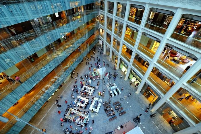 """丸の内には、中央口前の「丸ビル」&「新丸ビル」はもちろんのこと、南口の「JPタワー(KITTE)」や「東京国際フォーラム」、北口の「丸の内オアゾ」など等、駅周辺には、首都・東京の""""今""""が感じられる新しい高層ビルが建ち並んでいます。  「東京駅丸の内駅舎」と「三菱一号館」が必見スポットですが、これらの高層ビル群も、丸の内を特徴づける魅力あるスポットです。時間があるのなら、気になるショップや飲食店が入っているビルを訪れてみましょう。 【吹き抜けが素晴らしい、JPタワー内「KITTE」】"""