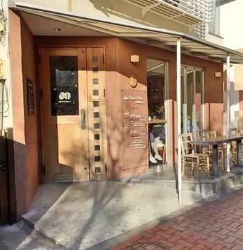 世田谷線三軒茶屋駅を出てすぐのところにある「カフェ マメヒコ」。ゆったりとした時間の流れる店内で、美味しいカフェメニューをいただくことができます。