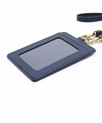 窓付きポケットのほかに2つのポケットがついているので、使う頻度の高いカード類を収納しておけますね。