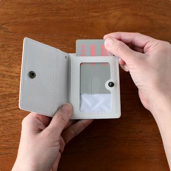 中身は4つのポケットがついていて、ICカードやポイントカードなどいつも使うカード類を入れておくのに丁度良いサイズ。