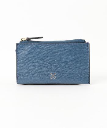 バッグを中心に洗練されたスタイルを提案するブランド「SAZABY(サザビー)」。こちらのパスケースは、パスケースとコインケースが一体型になったデザインが特徴。