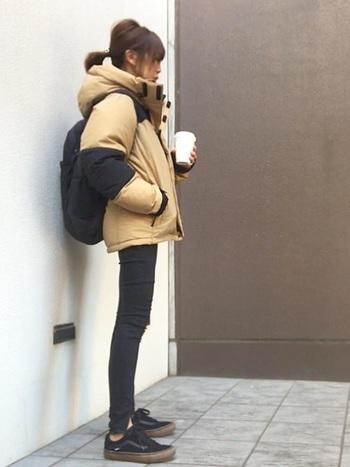 ボリューミーなダウンは細身パンツと合わせてメリハリのある着こなしにするのが◎明るめカラーのダウンの場合、他のアイテムをブラックでまとめて主役を引き立てるのがおすすめのスタイリング。