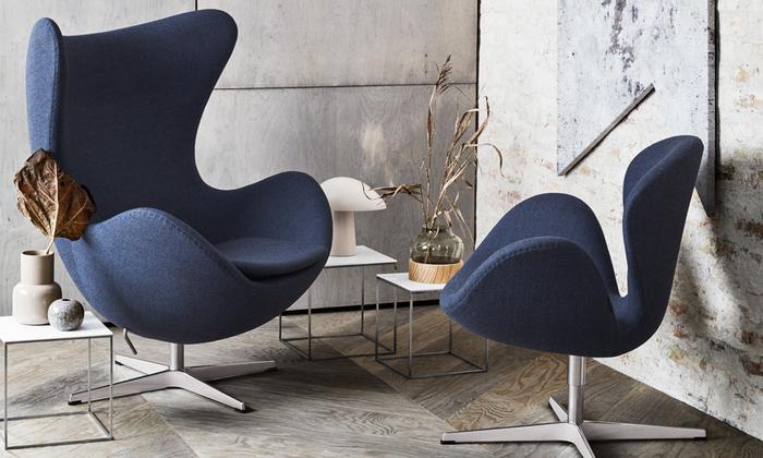 【 Egg Chair (エッグチェア)】1958年 コペンハーゲンのSASロイヤルホテルのためにデザインされたヤコブセンの代表作です。彫刻家でもあったヤコブセンならではの、包み込むような立体フォルムが独創的。腰掛けると丸みを帯びた背もたれ部分が周囲をゆるく遮り、プライベートな空間を作り出すことができるため、公共施設などの広いスペースでも愛用されているラウンジチェアです。