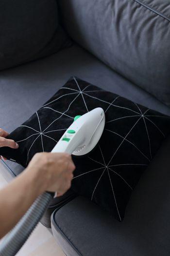 ちなみにこちらのドイツ・フォアベルク社「コーボルト スタンド掃除機 VK200」は、アタッチメントを付ければこのようにハンディで布製品をブラッシングしながら吸引することも。ソファやベッドに付いたペットの毛を吸い取ることができます。