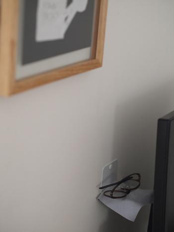 パソコンを使う時にだけ使うメガネは、パソコン裏のデッドスペースにそっと隠して置いておきましょう。その場所でした使わないものは、使用する流れを重視した最適な配置づくりを心掛けるようにしましょう。
