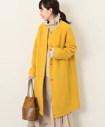 少しオレンジよりの濃い黄色は、カジュアルにもきれいめにも着こなせる優秀カラー。寒い冬でも温もりを感じる暖かなコーデに。