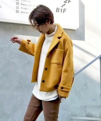 コンパクトなジャケットは、黄色を選ぶとアクティブな印象に仕上がります。前を開けて、動きのあるスタイルに。