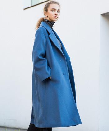 大きめの襟がぐっと大人な印象を与えてくれる、オーバーサイズコート。水色寄りの爽やかなカラーが素敵ですね。シンプルなファッションにも、さらりと羽織ってぐっとお洒落な印象に。