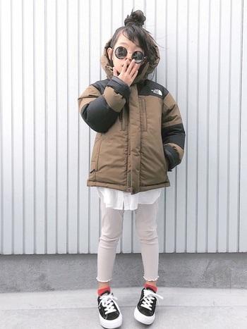 スキーや冬のアウトドアでも活躍する防水性のあるダウンジャケット。 おれしゃで実用性があればもう文句なしです。 レトロな配色がおしゃれママ好み。 寒い冬もおしゃれに乗り切れます。