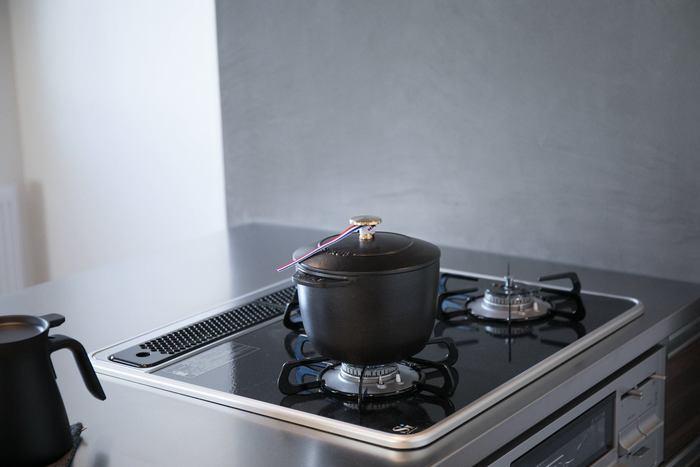 ストウブのLa Cocotte de GOHAN(ラ・ココット デ ゴハン)です。 ノーマルなタイプのストウブ鍋でもおいしくごはんを炊くことはできますが、さらにゴハンを美味しく!という思いから生まれたお鍋。 1合炊きの少量からでもふっくらもちもちのご飯が簡単に炊けます。 そのまま食卓に出してもおしゃれなので、パーティなどの場でも活躍しそうです。