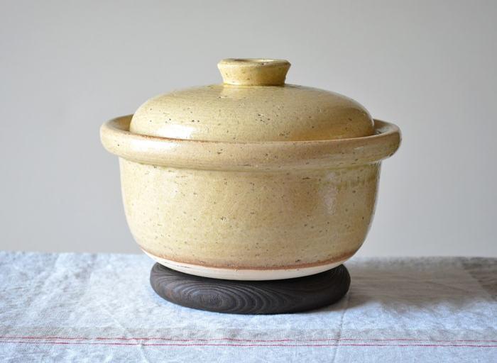 三重県の萬古焼ブランド4th-marketの2合炊き用の土鍋です。 少量から炊けるので1人暮らしの方にもおすすめ。 土鍋にしては珍しく持ち手がついていないため狭いキッチンでも場所を取りません。 黒・白・黃のカラーバリエーションも素敵です。 コロンとした丸いフォルムとやさしい色合いが、そのまま食卓に出しても◎。