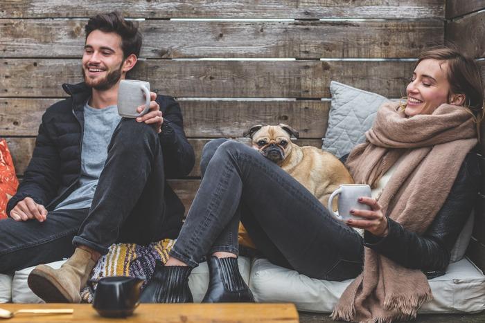 近年日本でも耳にするようになった言葉、ヒュッゲ。直訳するのはなかなか難しいのですが、「親しい人々との触れ合いから生まれる、居心地の良い時間や空間」といった意味合いなのだそう。友人との楽しいおしゃべりや、暖炉の前で味わう一杯のコーヒーなど、毎日のなにげない暮らしの中にも小さな幸福を見つけるデンマーク流の考え方です。