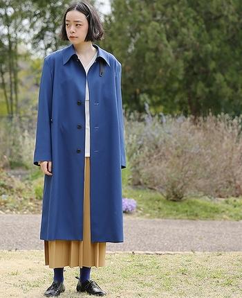 すとんと落ちたシルエットで、きれいに着こなせるコート。少し紫がかった深みのある青で、一枚羽織るだけで絵になります。