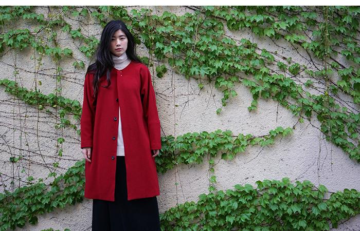 顔周りがぱっと明るくなる、真っ赤なコートは一着でぐっと女の子らしくなれるカラーです。また、ノーカラーなので、様々なコーディネートに合わせやすく、ウエストベルトをキュッと縛れば違った着こなしで楽しむ事ができますよ◎。