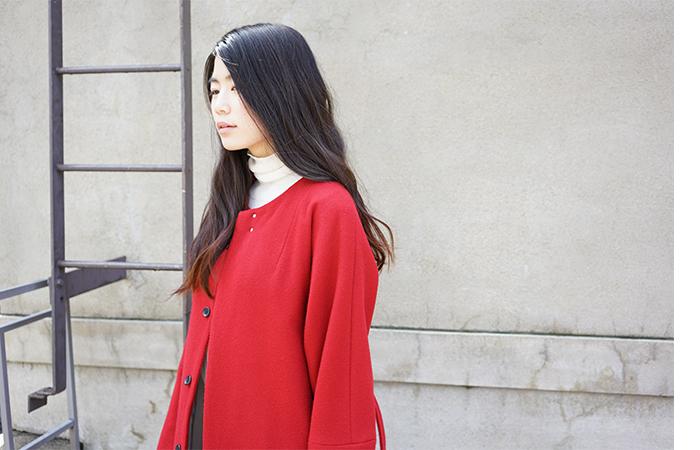 カラー選びで迷ってしまったら、思い切って女性らしいカラーを意識して選ぶのが正解です!アウター一着でコーディネートが決まる、そんなパッと華やぐカラーを選んでみましょう。