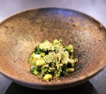 とっても手の込んだ、ホタテのもろみ漬けとブロッコリーのピクルスの一皿。こちらにもさりげなく発酵食品が使われています。見た目にも体にも響くお料理が堪能できます。