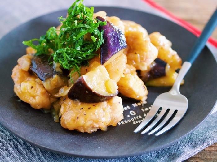 焼いた鶏肉となすを、玉ねぎがたっぷり入ったゆずぽん酢に絡めたレシピです。さっぱりしてるのに、味わい深く、玉ねぎの甘みが引き立ちます。