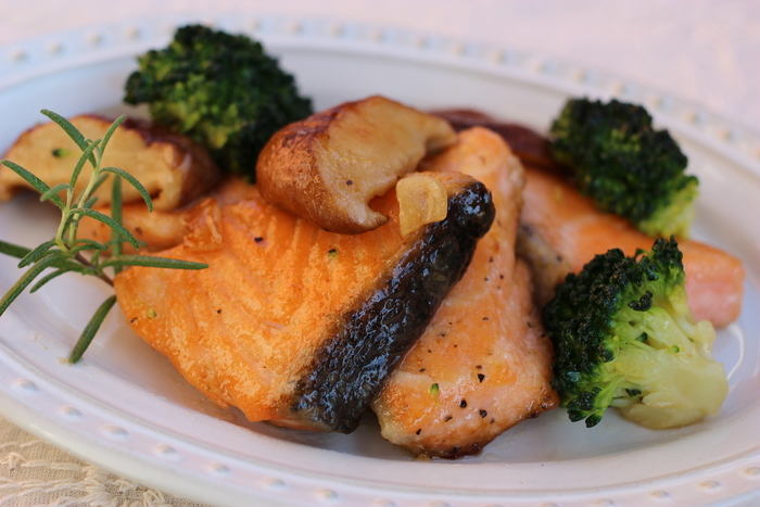 にんにく風味がかおる焼鮭に、バターとゆずぽん酢をからめて仕上げます。鮭とゆずぽんがちょうどよく合わさり、さっぱりといただけます。