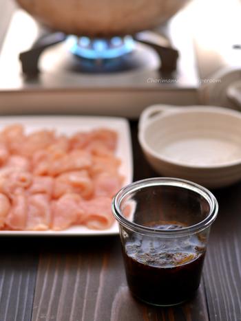 ゆずぽん酢とは、ぽん酢にゆず果汁を加え、爽やかな風味が加わったぽん酢のことです。醤油、醸造酢、ゆずの3つの材料だけで簡単に作ることが出来ます。さらに昆布やかつおぶしを加えると、風味豊かなゆずぽん酢に仕上がります。