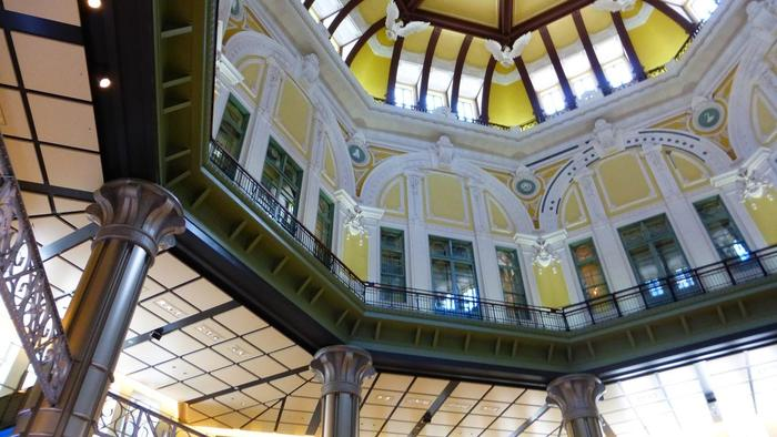 平成15(2003)年には、駅舎全体が国の重要文化財に指定され、平成19(2007)年に保存復元工事が開始されました。 1,2階を保存しつつ、3階と屋根部を復元し、地下1,2階を新設。5年の工事期間を経て、平成24(2014)年に創建時の駅舎、姿へと蘇りました。【創建時のドームが復元された「東京駅」丸の内南口ホール】