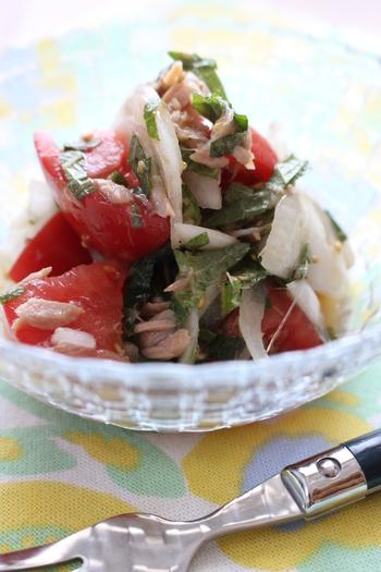 ツナに、玉ねぎとトマトでさっぱりいただける和え物レシピ。ごま油とゆずぽん酢が香り、大葉の爽やかな風味でさっぱり美味しくいただけます。