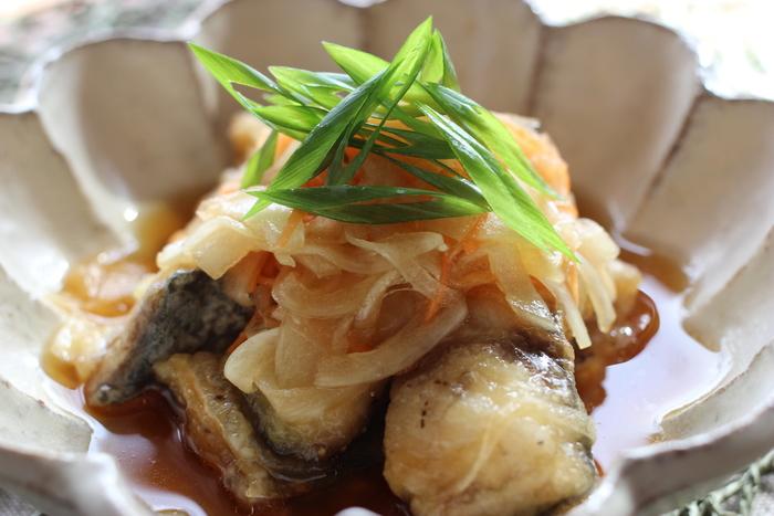 ゆずぽん酢で作るサバの南蛮漬け。爽やかなゆずの香りが、サバの臭み消しにもなり◎。3枚におろしてあるサバを使えば、簡単に作れます。揚げたてのサバのカリカリ感も是非味わってください。