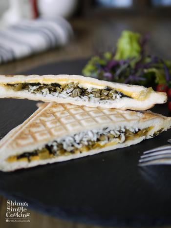 しらすにチーズにのり、そして高菜を合わせた和風のホットサンドです。ぎゅっと凝縮された美味しさで、おやつやお弁当にもおすすめです。