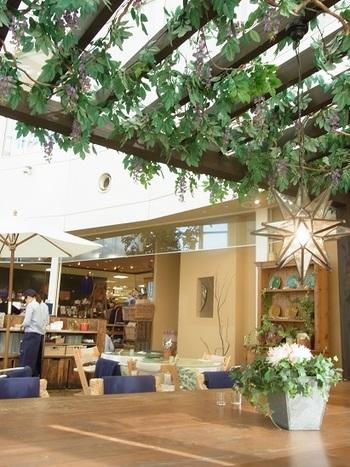 マルイ4階の「à la campagne(ア・ラ・カンパーニュ)北千住店」は、吹き抜けの天井が気持ち良いカフェです。席数が120と広いため、待たずに入れる穴場カフェとしても知られているんですよ。大きな窓から差し込む光も気持ちよく、まるで南フランスにいるような気分に♪