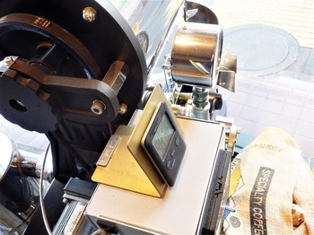 出入口近くに設置された焙煎機「フジローヤル1kg釜」。焙煎した豆は3日以内の新鮮なうちに使い切ると決めているそう。