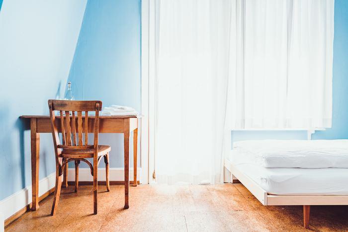寝室風水の中でもとくに「ベッド」は、体に良いエネルギーを充電するための重要なアイテムです。でも、頭の向きや配置など分からないことが多くて、どのようにレイアウトすればいいのか悩んでしまいますよね。ここからはベッドの素材や配置の仕方、寝具の選び方のポイントをご紹介します。