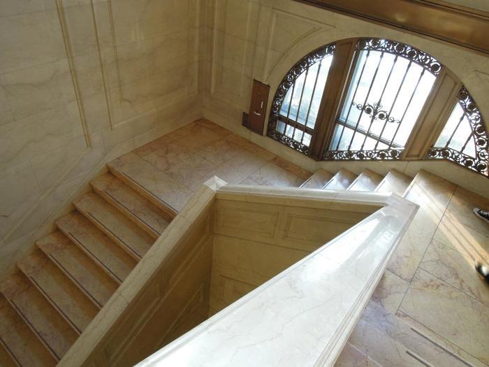 館内の階段室も見所。床も手摺も壁も、総大理石張り。窓枠の装飾もシック。時代の雰囲気もそのままに良く保存されています。