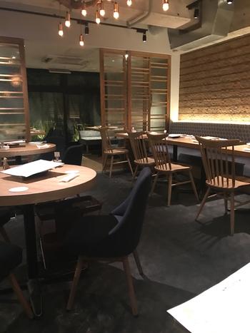 シンプルでスタイリッシュな内装は落ち着いてゆっくりお食事を味わえる素敵空間です。
