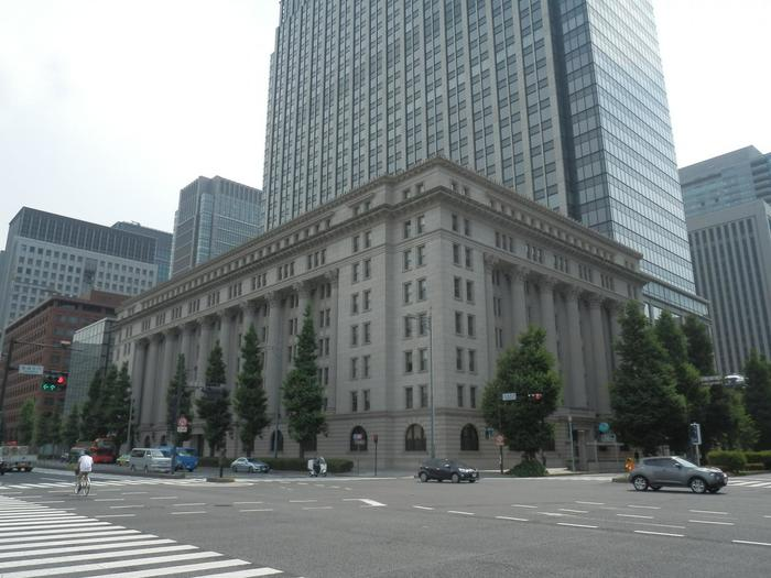 日比谷通り、馬場先門の交差点でひと際目に付くのが、1934(昭和9)年に建造された「明治生命館」です。