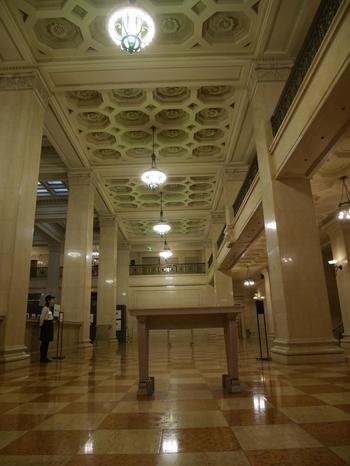 当館では、文化的価値のある1階店頭営業室や執務室、応接室などが一般公開されています。  【天井や照明など、細部の細工も見事な1階の「店頭営業室」】