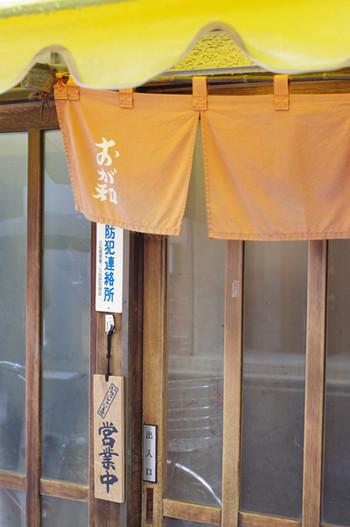 人形町駅から2~3分歩いたところにある「おが和」は、昭和14年(1939年)創業の知る人ぞ知る昔ながらの焼き鳥店。ランチタイムは開店前から行列ができる日も多いんですよ。