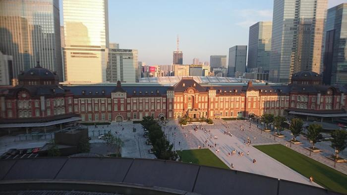 """「東京駅」周辺は、オフィスビルや商業ビルが林立する、日本有数のオフィス街です。 オフィス街と一口にいっても、JRの線路を隔て、東側の""""八重洲""""と、西の""""丸の内""""では、土地の歴史や風土、開発の歩みに歴然たる違いがあり、街並みや賑わい、雰囲気も大きく異なります。  【東京駅・丸の内駅舎と駅前広場。駅舎の背後にそびえるのは、南北の「グラントウキョウ」等の八重洲側の高層ビル郡。】"""