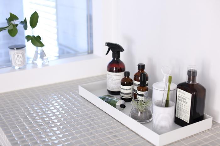 こちらのブロガーさんは、洗面所で使うものを一箇所にまとめて配置しています。 色味やボトルを揃えているものポイントですが、テーマでまとめておけば違和感もなく、スッキリとした印象に。