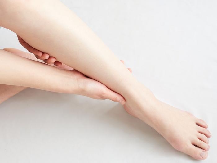 """下半身の血行を促進するため、湯舟の中では""""足首まわし""""を。ももの上に片方の足首を乗せ、手で軽く固定。もう片方の手で指先のほうを掴み、時計回り・反時計回りと、それぞれ30回ほどまわしましょう。"""