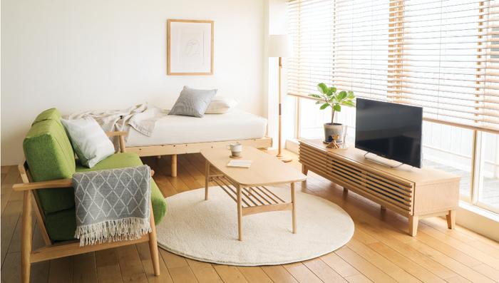 平面である床の見えている面積が広ければ広いほど、スッキリした印象を与えます。大きな家具は床が見えるタイプの脚付きのものを選ぶようにしましょう。 それだけで見える床面積が増え、視覚効果で部屋がスッキリと広く見えます。