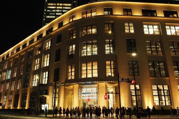 """現在の""""丸の内""""は、「丸ビル」の他、「丸の内オアゾ(2004年竣工)」や「新丸ビル(2007年竣工)」、KITTEで有名な「JPタワー(2012年竣工」等など、低層階に商業店舗や文化施設を集めた超高層のオフィスビルが建ち並び、昼夜問わず、また平日休日に関わらず賑わうエリアへと変貌しています。  【大きな吹き抜けの周囲に商業施設が入る「KITTE」は、丸の内の立ち寄りスポット、観光スポットとして人気が高く、特に夕方から夜間にかけて多くの人で賑わう。】"""