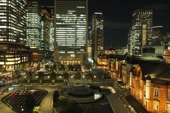 """その中でも訪れてほしいのは、東京の現在をダイナミックに感じられる、ビルに設けられている""""展望フロア""""や""""庭園""""です。無料で利用でき、夜遅くまで開いています。【「KITTE」6F の屋上庭園からの夜景】"""