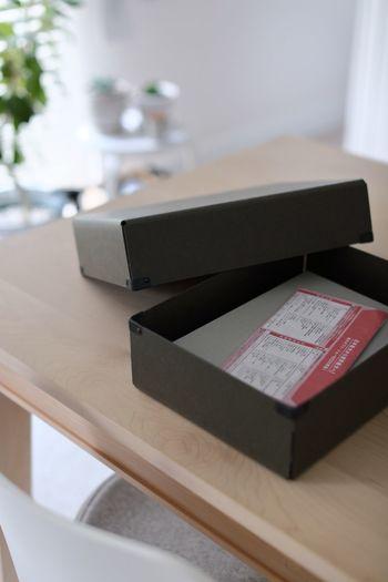 紙類の一時置き場として、スタイリッシュなBOXを活用するのもおすすめです。 とりあえず、ここに入れてしまえば生活感は一気になくなりますよ。