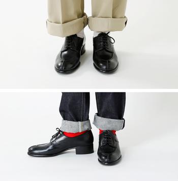 差し色を取り入れるとき、どのくらいの配分で見せるかは大事なポイント。他の洋服の色や全体のトーン、そしてシルエットまで考えて、ベストな見せ方を見つけましょう。たとえば、ズボンのすそをどのくらいロールアップするかで、靴下の露出度も変わります。つまり、色をどのくらい印象付けるかは、着る人のさじ加減によるのです。