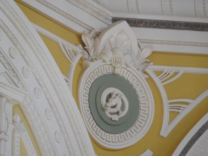 特に素晴らしいのが、天井部に施された、レリーフや彫刻の数々です。 鷲の彫刻に、花飾りや干支、鳳凰といったレリーフ、太閤秀吉の兜をかたどったキーストーン(アーチ頂部にある石)等などが、半球状のドームの中に、宝石を散りばめたように、美しく装飾されています。  ドームを見上げるのなら、◆丸の内駅舎の南口と北口の両ホールですが、ドームを間近にみるのなら、◆東京ステーションホテル(次項)へ行ってみましょう。【十二支(辰)のレリーフ(東京ステーションホテル・ドームサイドの客室から撮影】