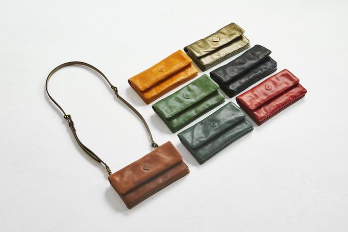 薄型のポシェットは、ストラップをはずせば長財布やクラッチバッグとしても使えます。 日常づかいはもちろん、旅行での貴重品入れやパーティーでのクラッチバッグなど、使い方は多様。 革のエイジングを楽しみながら、色々なシーンで使いたくなる「お財布ショルダー」です。