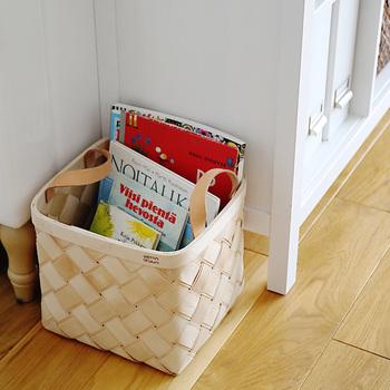 大きなバスケットは読みかけの雑誌やブランケットなど、日常的に使うものをざっくり入れられて便利ですよ。  続きは寝る前に寝室でなど、移動させるのも楽々。 急な来客でも、サッとバスケットに入れてしまえば、一気にスッキリします。
