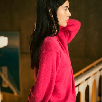 発色の良いピンクは、コーディネートを女性らしく華やかに見せてくれます。素材感が上品なカシミアなら、普段あまり着ないような色にも挑戦しやすいのでは。トレンド感のある、ドロップショルダーで袖にボリュームのあるシルエットも自然に着こなせそうです。