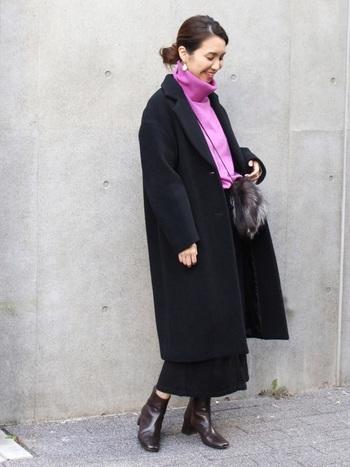 ロングコート&ロングスカートの大人な着こなし。モノトーンじゃ重たいかな...というときに、トップにピンクを持ってくると顔周りが華やぎます。
