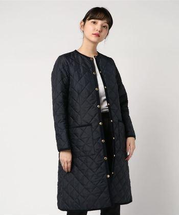 ロングコートは、それだけで重量感のある印象を与えてしまいがち。でもこのノーカラーのロングタイプなら、すっきりとした縦長の印象を与えてくれます。